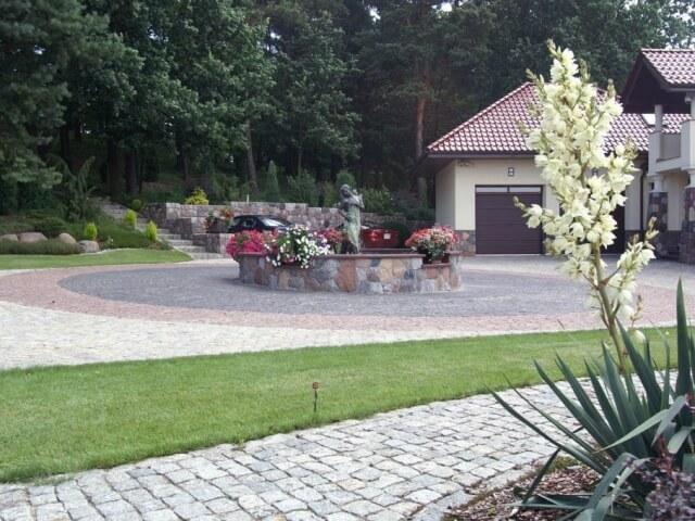 Staw i nasadzenia roślin w ogrodzie w Białymstoku