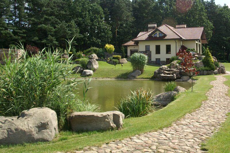 Ogród ze stawem